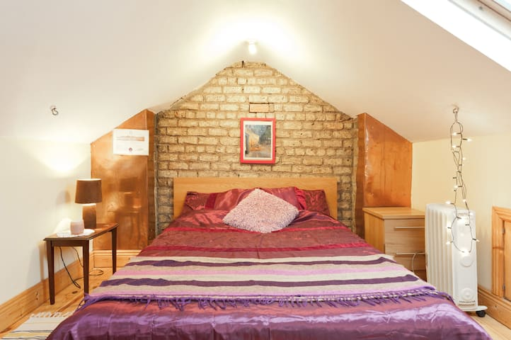 Cosy attic room 15min to citycentre - Dolphins Barn - Dům