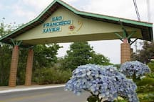 São Francisco Xavier, distrito de São José dos Campos, está há 1 hora da casa, de carro. 60km, lá você encontrará ótimos restaurantes e bares. Ótimo para ir passar o dia.