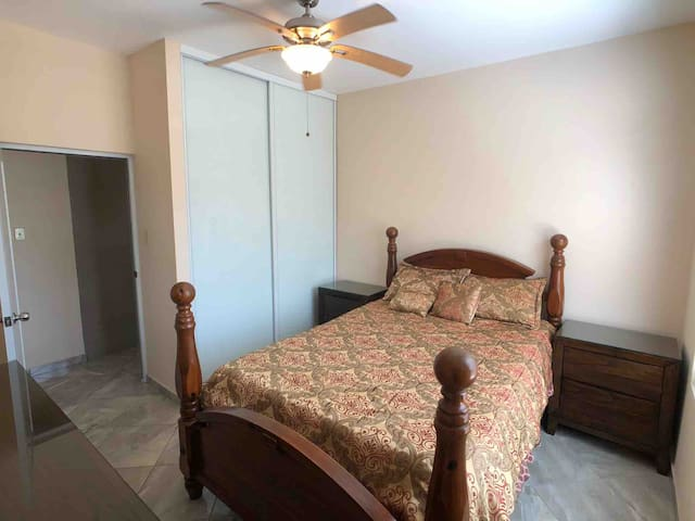 Bedroom equipped with ceiling fan, air conditioning and a queen size bed