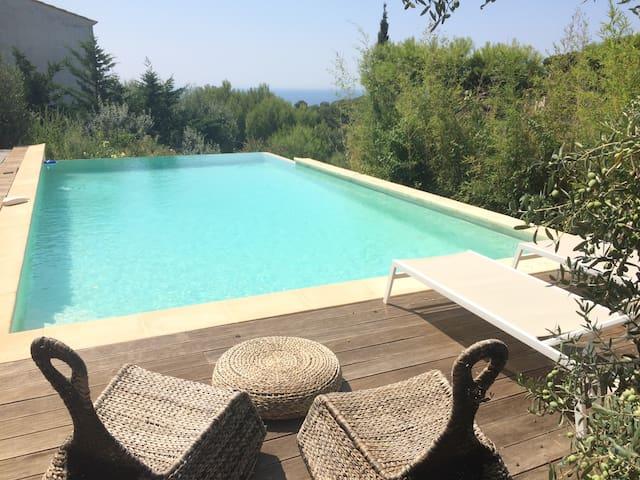 Entre mer et collines, studio, piscine vue mer