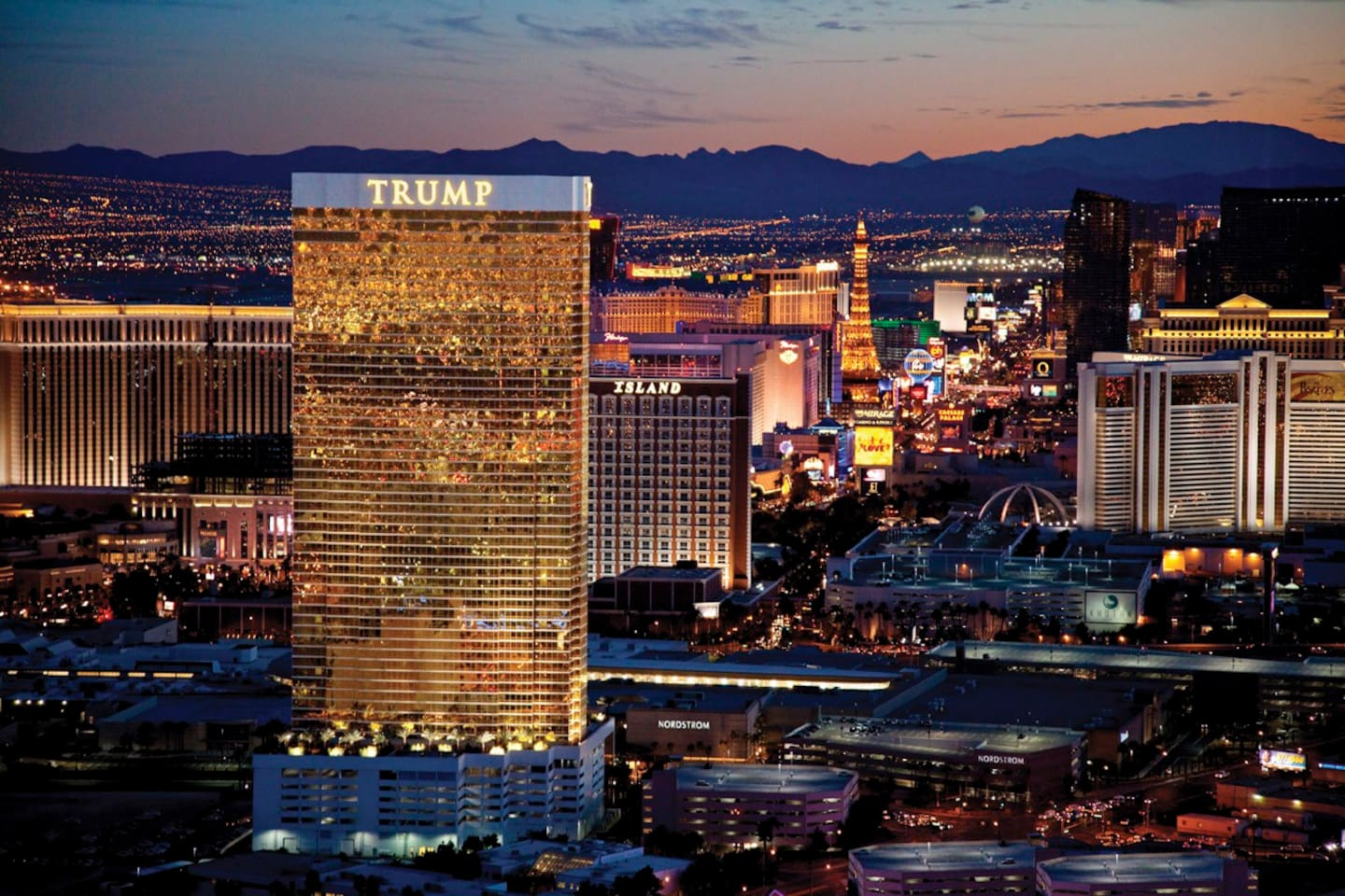 STUNNING VIEWS OF THE LAS VEGAS BOULEVARD FROM YOUR SUITE!!