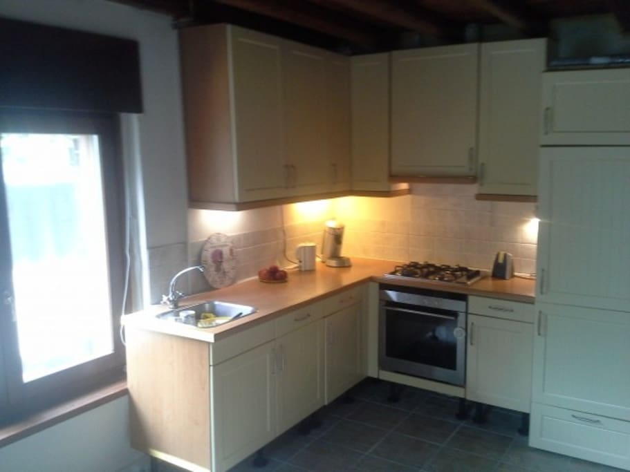 De volledige nieuwe keuken met moderne voorzieningen