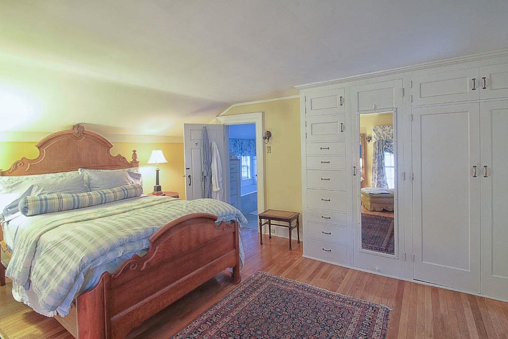 The Judge's Suite Q.size with soaking tub and marble shower