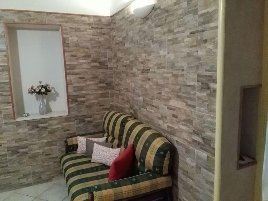 Angolo  Relax, rivestito con mattoni effetto pietra e nicchie scoperte durante i lavori di ristrutturazione.
