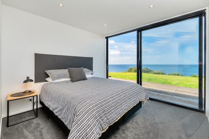 Bedroom 2 (king x 1)