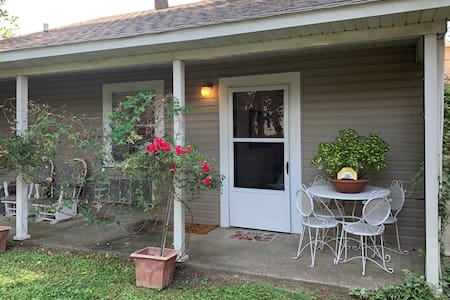 Backyard BnB-Close to both college campuses!