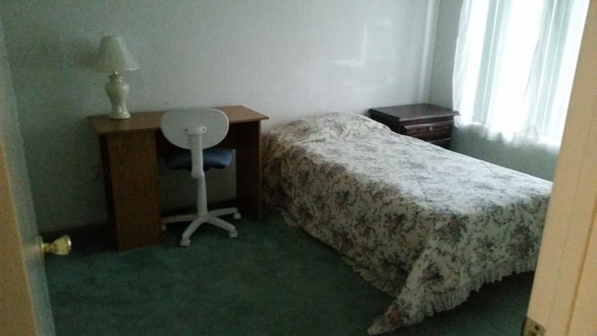 Lovely room, by Western U, Cal Poly - Montclair - Dům