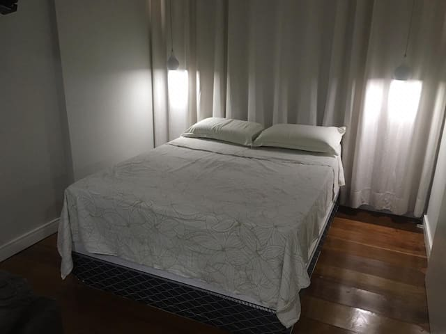 3 tipos de iluminações no quarto: Abajout (na foto), Fita de LED sobre a cortina e luz ao centro do ambiente... voce escolhe!