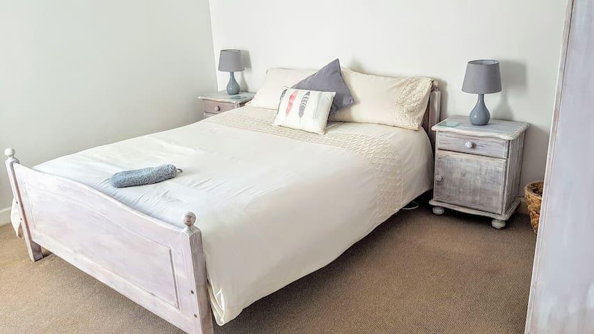 Bright & Quiet Private Double Room in Centre