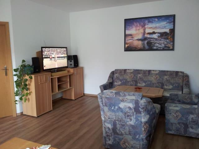 gemütliches Wohnzimmer und Esszimmer mit TV und Radio