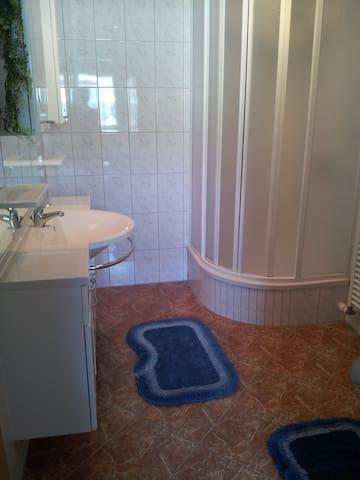 Bad mit WC, Dusche und Fußbodenheizung