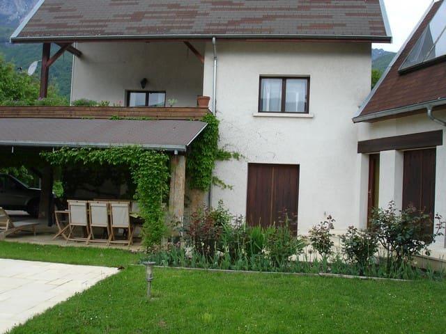 Une maison aux pieds des montagnes - Le Touvet - Hus