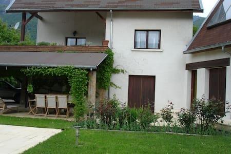 Une maison aux pieds des montagnes - Haus