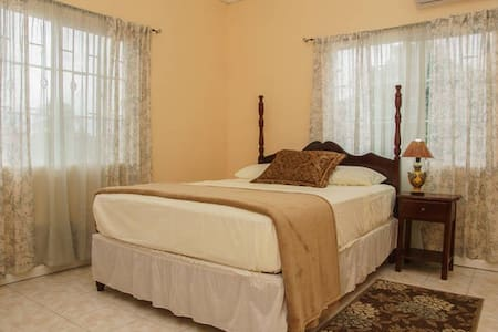 ZET'S  B & B (Pvt. Master Bedroom)