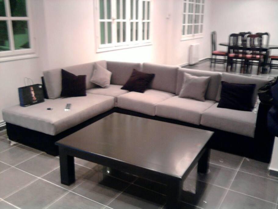 Un agréable séjour ouvert (coin sofa, coin repas, hall spacieux)