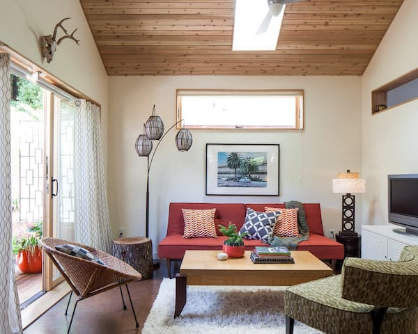New mid-century PDX Eco Cottage - stylish, comfy and cool!