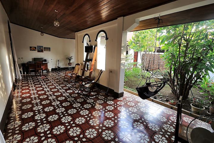 "Private room ""Jardin"" in beautiful colonial home - León - Rumah"