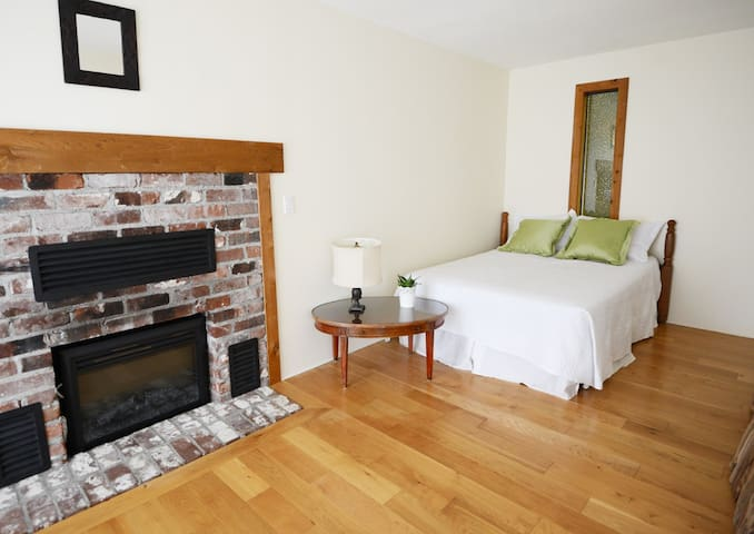 Spacious room w/fireplace in shared house + pool