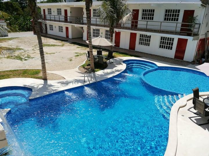 Hotel Real Ucum Hospedaje Para 42 Personas!