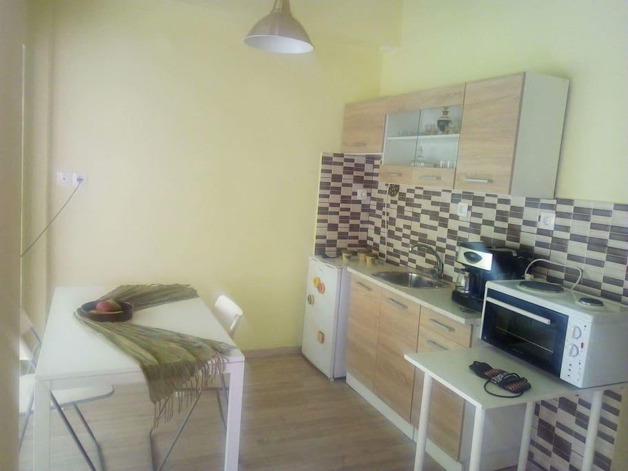 Η κουζίνα μας! Πλήρως εξοπλισμένη!  Διπλή καφετιέρα για εσπρέσσο και γαλλικό!  Ζεσταίνει το νερό και για τα ροφήματα σας!