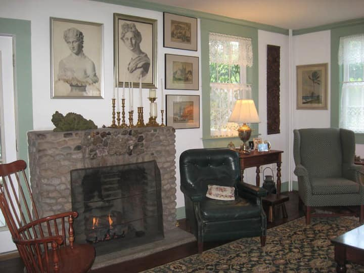 Abel Buell Home B&B- Twin Bedroom