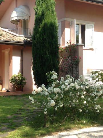 camera con bagno in villa con giardino in campagna