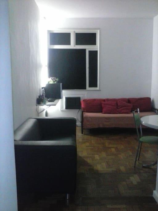 sala com internet e ar condicionado, sofá bicama e TV