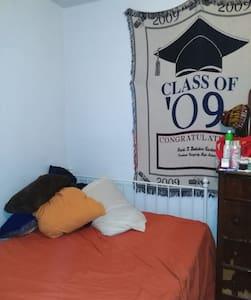 Cozy room, double bed, micro/fridge, bike avail. - Philadelphia