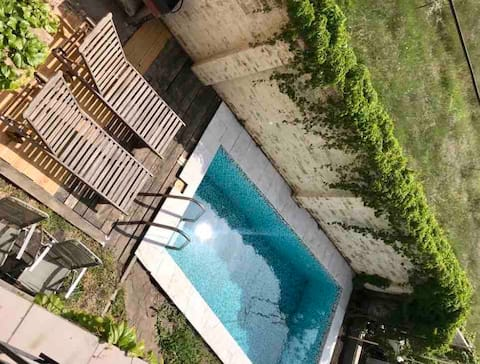 Moderne  hus med  svømmebasseng ved havet.