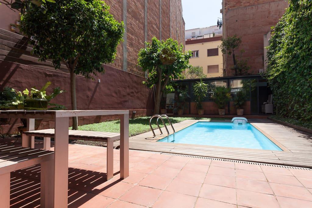 Jardín con piscina privada