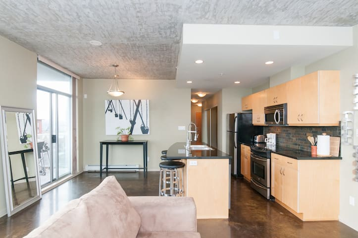 Bright, Modern Loft - Hip Main St.