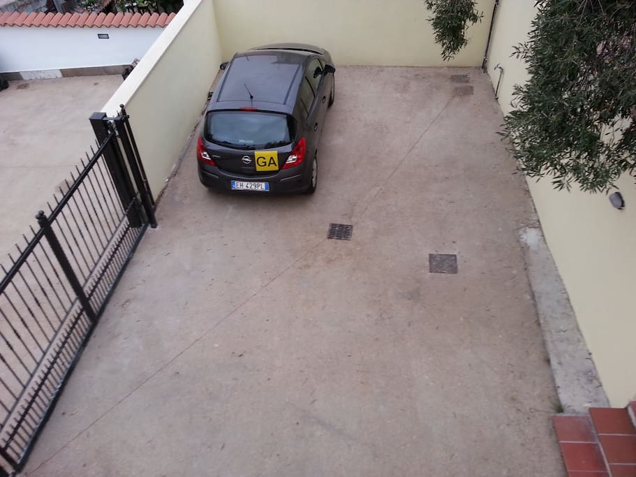 Propery entrance: one car private parking