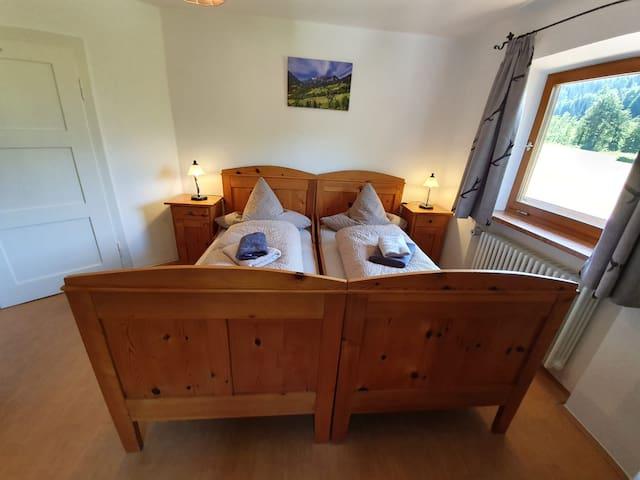 Kinderzimmer, 2 Einzelbetten; Einzelgröße :190 cmx80cm Auch für Erwachsene möglich, die nicht zu großgewachsen sind.