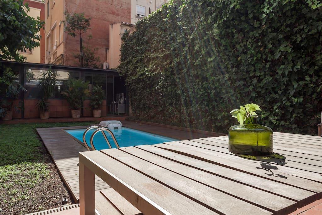 Preciosa casa con jard n y piscina apartamentos en for Alquiler casa con jardin barcelona