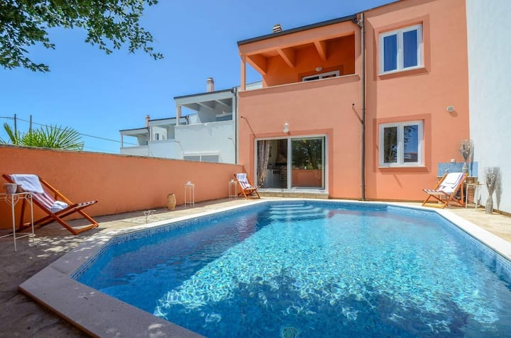 Holiday house with swimming pool Iva