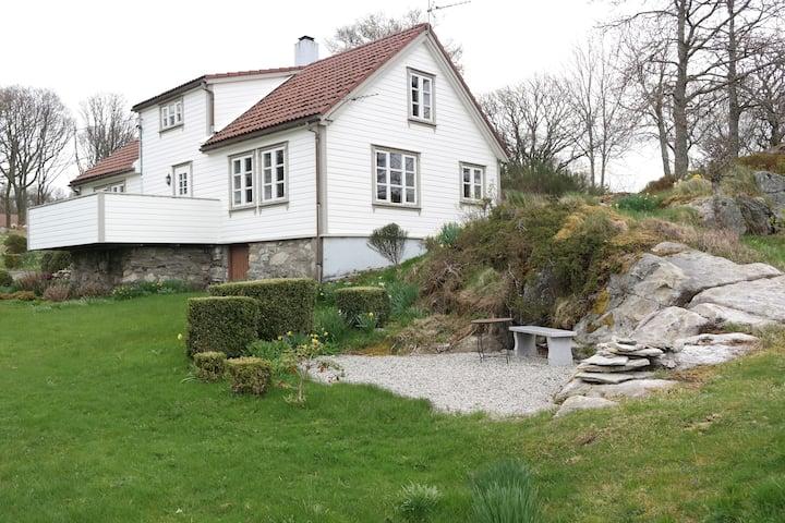 Idyllisk feriehus ved fjord og fjell