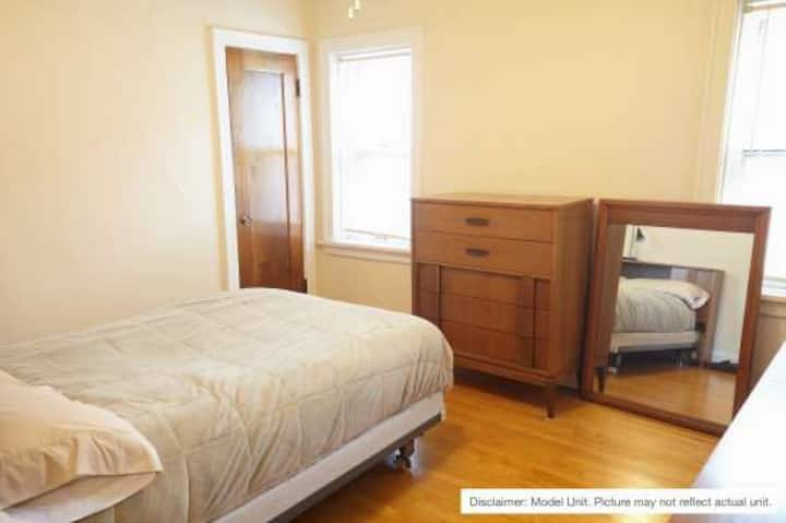 Cozy, private  apartment 4 miles from the DNC