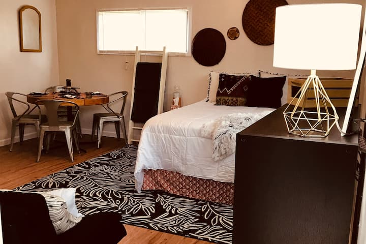 Charming, Comfortable Studio near the Airport -SAT
