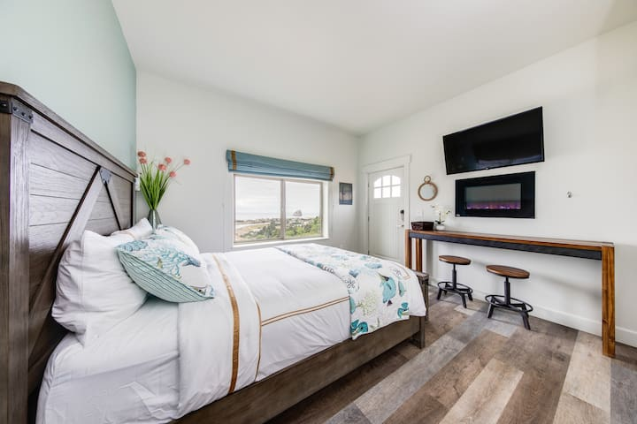 Hilltop studio w/ incredible ocean views, near town & the beach!
