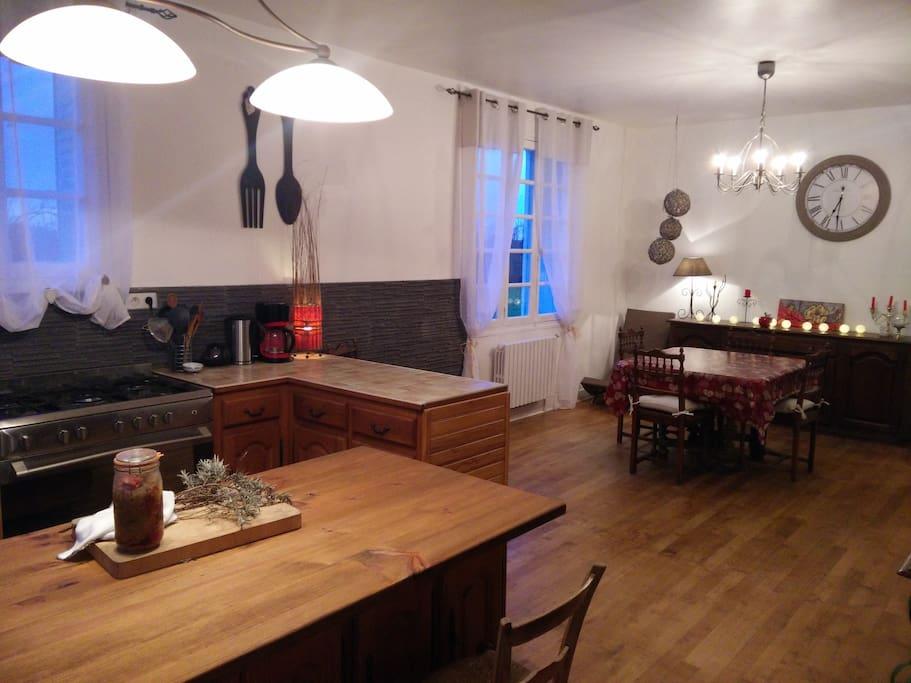 Une pièce à vivre avec une cuisine entièrement équipée avec four piano, four micro-ondes, lave-vaisselle, îlot central, (nombreux appareils électro-ménagers), table à manger 6 à 12 personnes