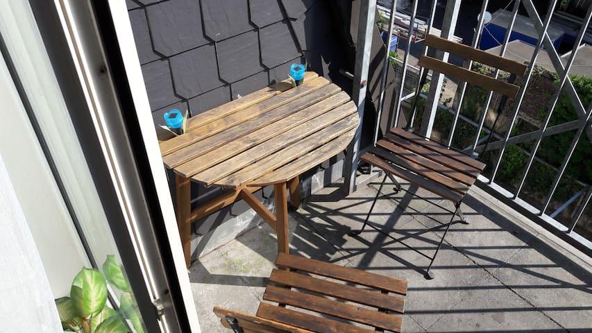 Ein kleiner Balkon eignet sich zum Relaxen.