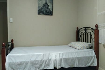 Shared twin room in a quiet home - Appartement