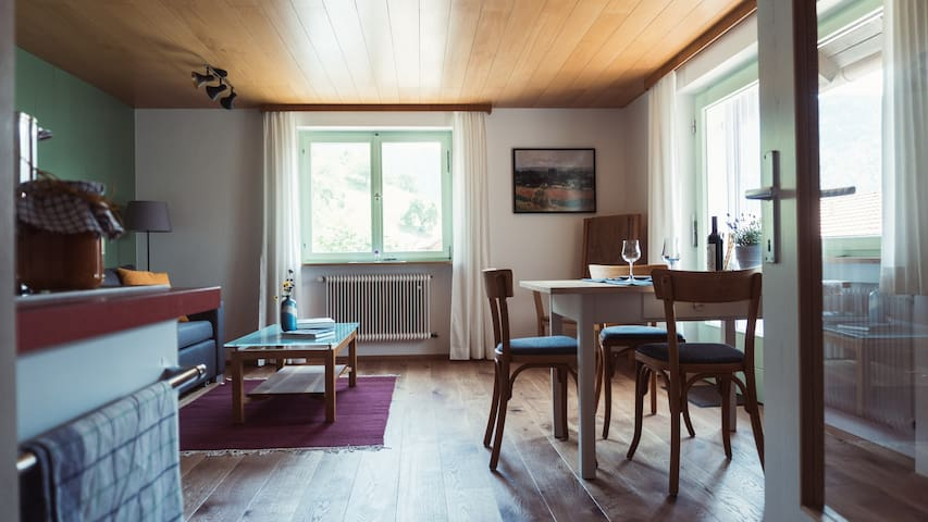 Die östliche Lage des Wohnzimmers sorgt für helle Vormittagsstunden.