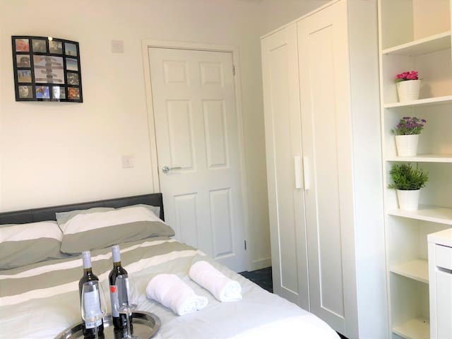 Ensuite room for short stay near Warwick Uni R1