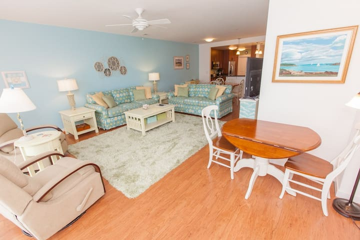 B416 Sea - N - Stars: Bright and Inviting Two Bedroom Courtyard Unit On The Fourth Floor, Parking