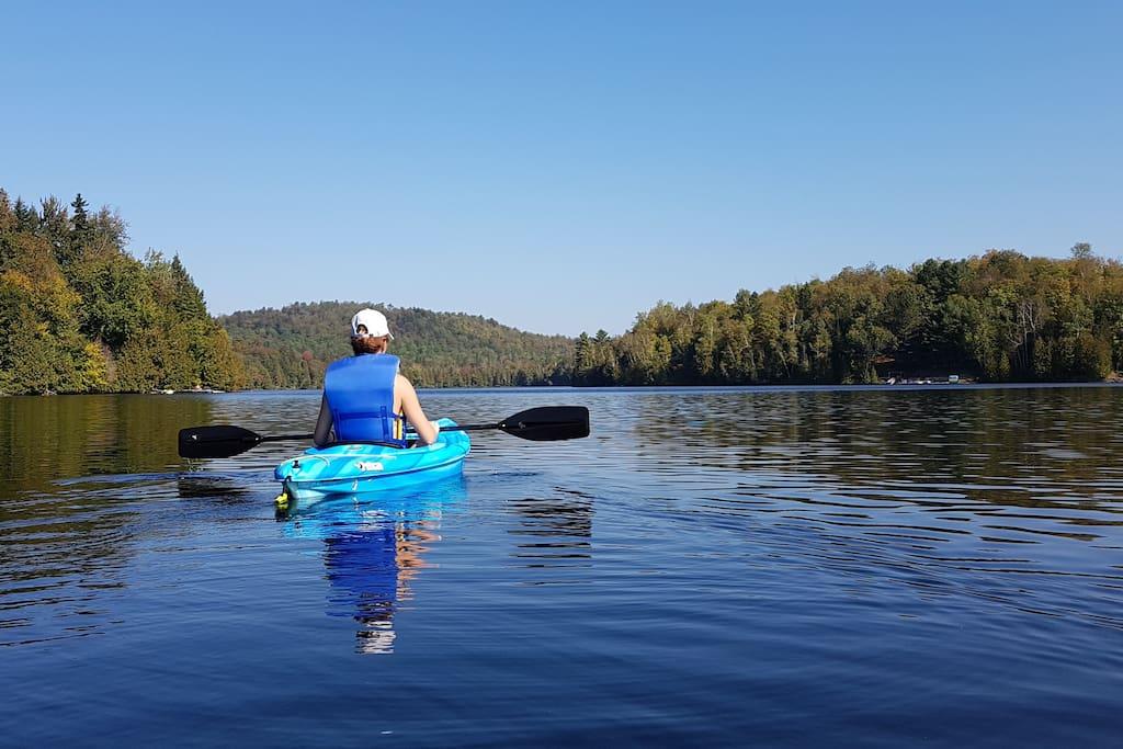2 kayaks bleus , à deux c'est mieux!