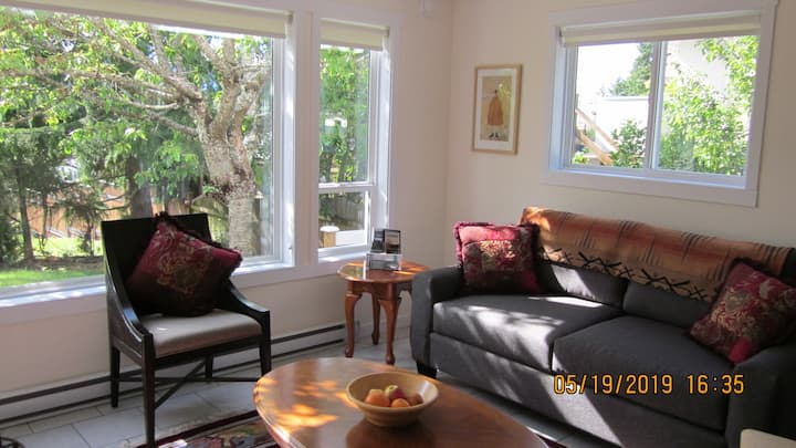 A cheerie suite close to hiking trails/wineries