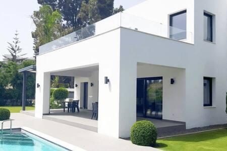 Superb villa at 1 minute walk from beach - El Paraíso - 別荘