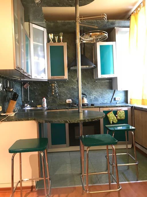 Кухонный гарнитур с барной стойкой и стульями