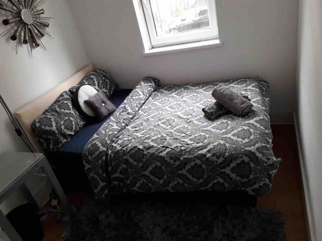 Room 1 min walk from metro,close to Greenwich.